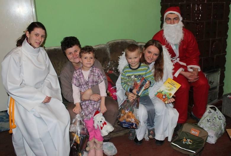 Dzięki wolontariuszom z Zespołu Szkół Ogólnokształcących w Kluczborku aż 41 dzieci chorych i z potrzebujących rodzin otrzymało świąteczne prezenty.Akcja