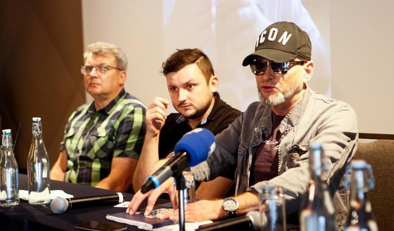 Od lewej Mariusz Jucha, ojciec pobitego, Michał Jucha oraz Krzysztof Rutkowski. Detektyw opowiadał o nowych wątkach w sprawie dotyczącej poszukiwania sprawcy brutalnego pobicia