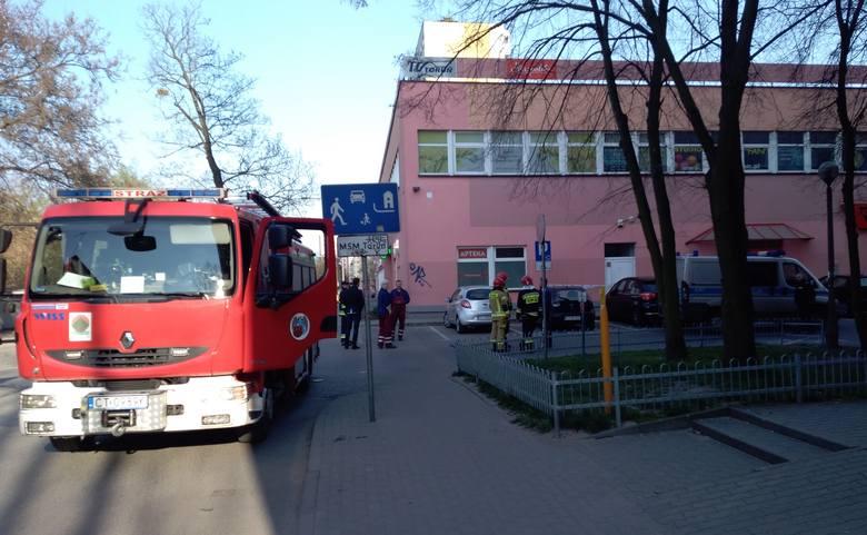 Alarm bombowy w sklepie przy ul. Głowackiego w Toruniu. Jak informuje policja, z taką informacją zadzwonił pewien, najprawdopodobniej nietrzeźwy mężczyzna