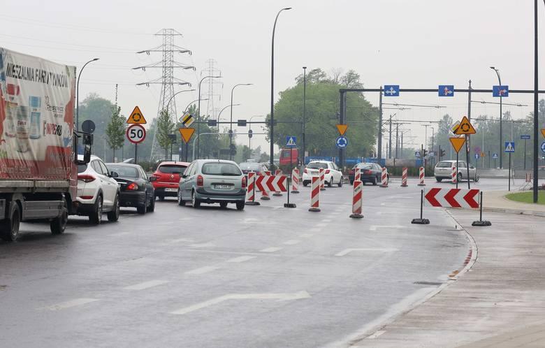 Wymieniają nowy  asfalt, bo... jest kiepskiej jakości