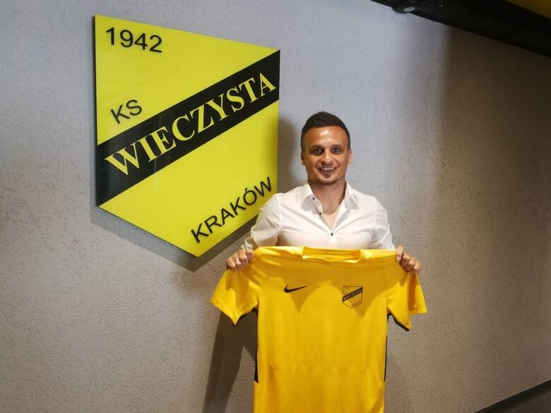 15.06.2020, Kraków: Sławomir Peszko po podpisaniu kontraktu już z koszulką Wieczystej