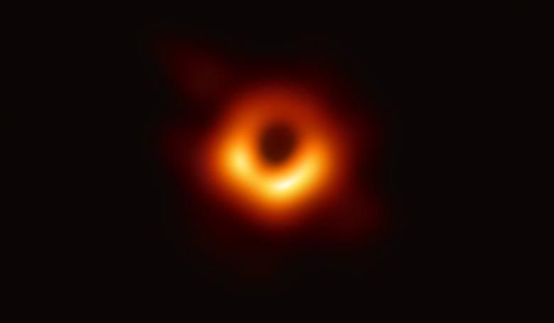 pierwsze zdjęcie czarnej dziury