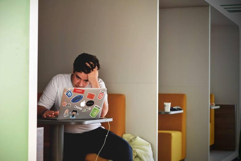 2. Brak formyDzień przed rozpoczęciem nowej pracy daruj sobie wyjście na imprezę i nie siedź do późna. Zorganizuj swój czas tak, byś rano był wypoczęty