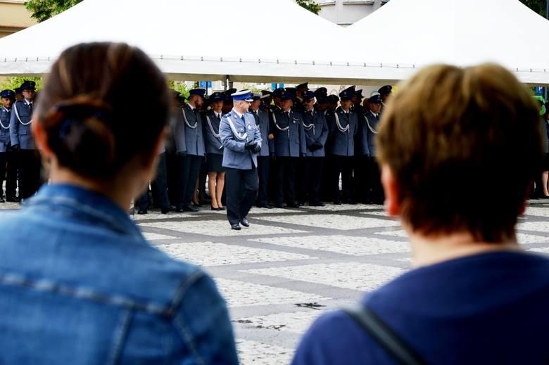 Święto Policji w Zielonej Górze. Uroczystość odbyła się w piątek,12 lipca na placu Bohaterów. Awans na wyższy stopień otrzymało ponad 130 funkcjonariuszy,