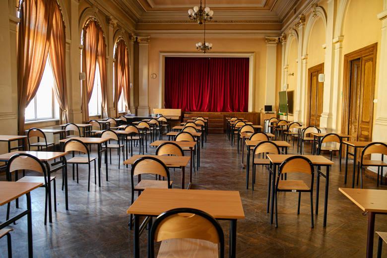 Ruszyły próbne matury z języka polskiego. Uczniowie pojawili się w szkołach w maseczkach. Odwiedziliśmy II LO w Krakowie
