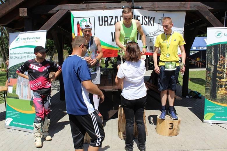 Nim zawodnicy zmierzyli się na leśnych ścieżkach rozgrzewkę poprowadziła Anna Bachowska. Bieg rozpoczął burmistrz Paweł Banasik od przecięcia wstęgi.