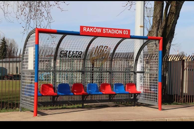 Wiaty przystankowe w kształcie bramek piłkarskich stanęły przy stadionie Rakowa Częstochowa.Zobacz kolejne zdjęcia. Przesuwaj zdjęcia w prawo - naciśnij