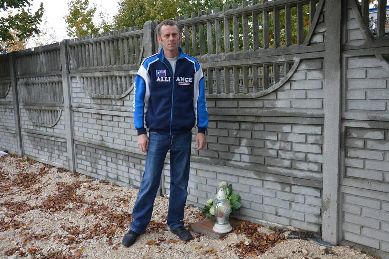 Paweł Kapel w miejscu, gdzie znaleziono zwłoki jego brata