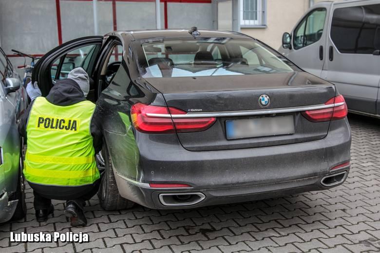 Policjanci z żarskiej komendy, którzy pełnili służbę z niemieckim funkcjonariuszem w przygranicznych Zasiekach podjęli pościg za BMW. Kierowca tego pojazdu