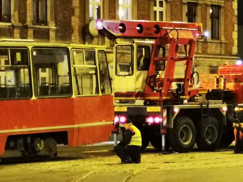 Do wykolejenia tramwaju doszło na skrzyżowaniu ulic Broniewskiego i Reja. W wyniku tego zdarzenia są poważne utrudnienia kursowaniu tramwajów.Na linii: