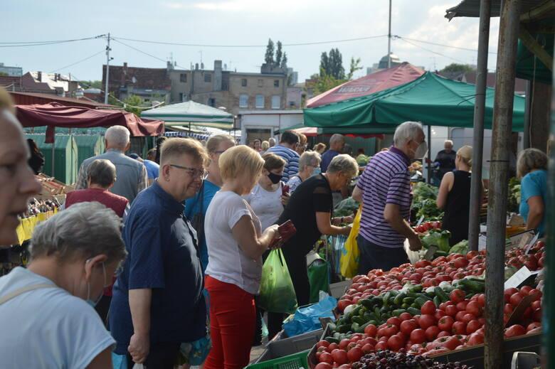 Słońce wyszło, więc na rynku przy Owocowej tłumy. Jak wyglądają ceny?