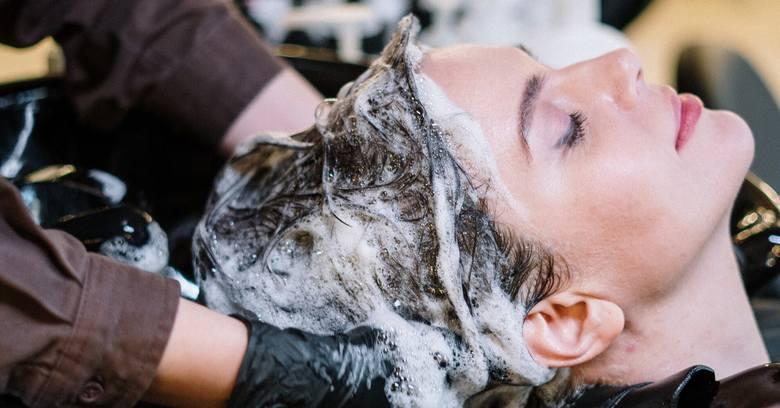 Wizyta u fryzjera, czy kosmetyczki jest ponownie możliwa, po długim okresie zamknięcia zakładów spowodowanych wybuchem epidemii koronawirusa w Polsce.