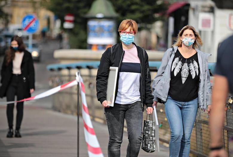 Kiedy koniec z maseczkami? Zdaniem kolejnych ekspertów nakaz noszenia maseczek na świeżym powietrzu jest zbędny, bo na zewnątrz ryzyko zakażenia się