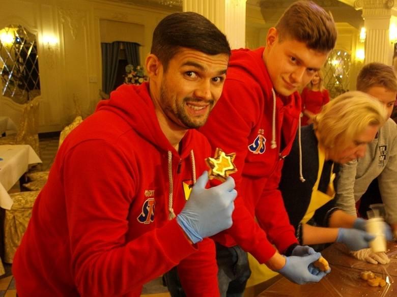 We wtorek zawodnicy Jagiellonii - Mateusz Machaj i Michał Ozga udali się do Dworku Czarneckiego, gdzie na zaproszenie Fundacji Czarneckich piekli oraz