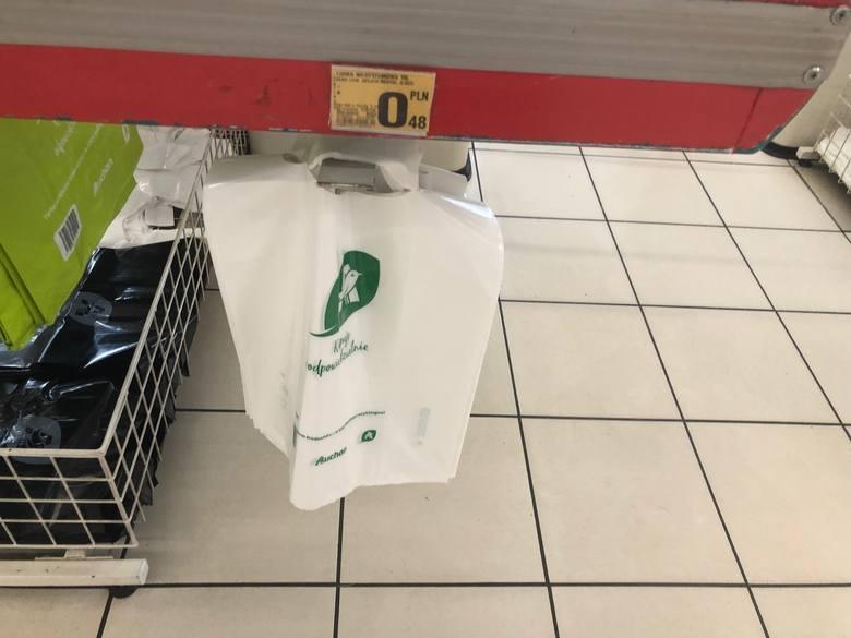 W Auchan zapłacimy najtaniej - bo 48 gorszy za małą reklamówkę.