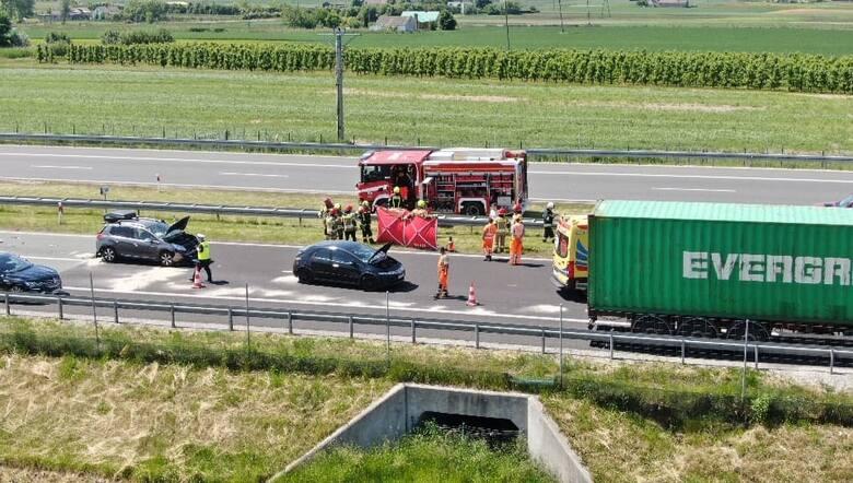 Wypadek na autostradzie pod Włocławkiem. Zderzyły się trzy pojazdy osobowe. Rozwinięty parawan służył do osłonięcia poszkodowanych przed słońcem.