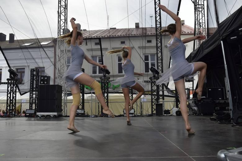 W niedzielę podczas Skierniewickiego Święta Kwiatów, Owoców i Warzyw przed liczną publicznością wystąpiło Studio Tańca Art Station. Koncert wykonywało kilka zespołów tej niepublicznej szkoły tańca Agnieszki Madej.