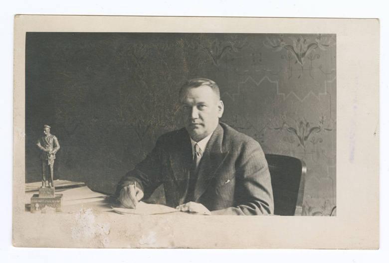 Prezydent Seweryn Nowakowski w swoim gabinecie w magistracie, Białystok, lata 30 XX w.