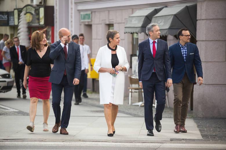 Podczas konferencji prasowej prezydent Robert Biedroń przekazał swoje poparcie Krystynie Danileckiej-Wojewódzkiej, która wystartuje w wyborach prezydenckich
