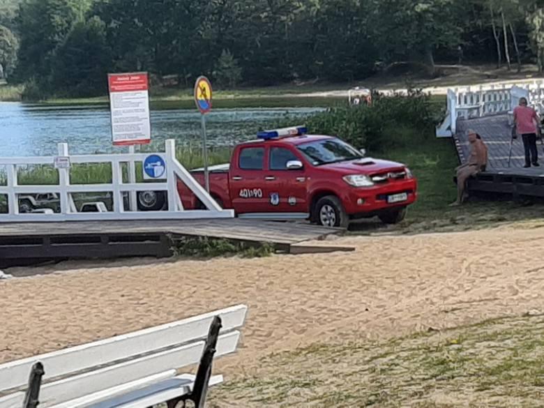 Nad jeziorem Jeleń trwają poszukiwania zaginionej osoby. Strażacy otrzymali informację o pozostawionych rzeczach na plaży nad Jeziorem Jeleń. Specjalna