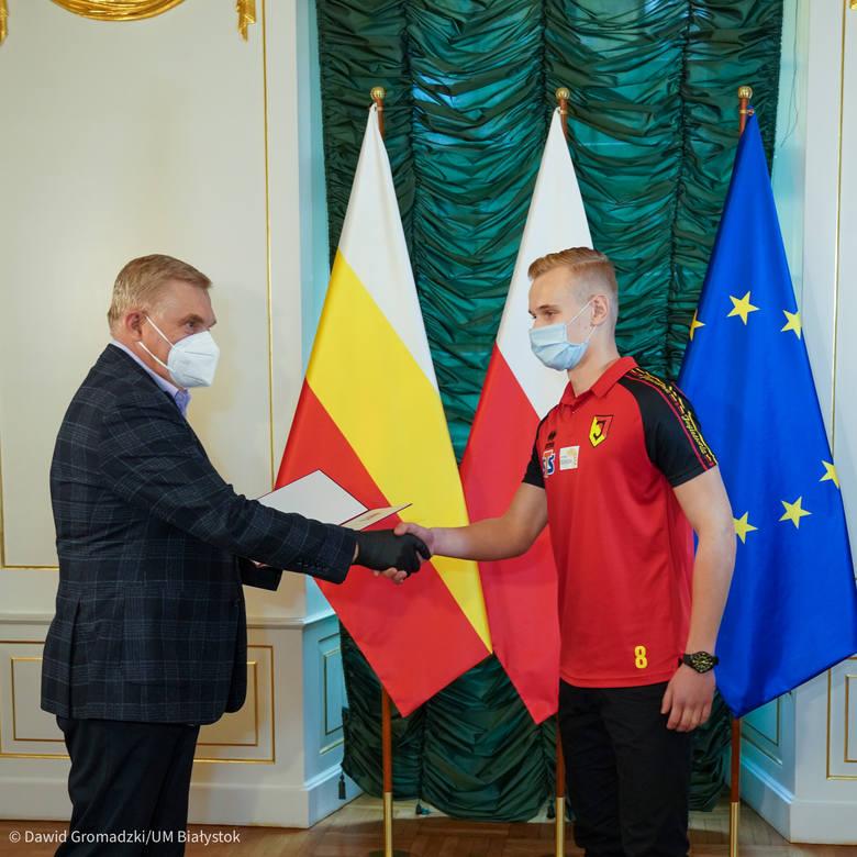 Prezydent Białegostoku Tadeusz Truskolaski uhonorował Krystiana Furmana listem gratulacyjnym i upominkiem