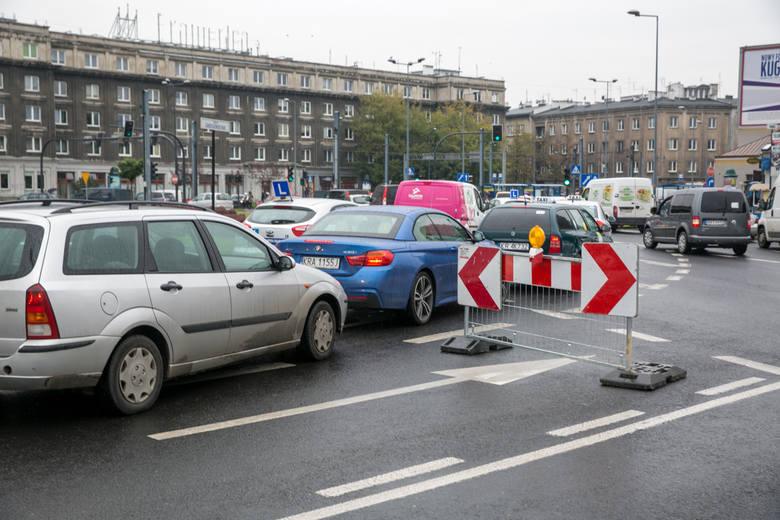 Jednym z miejsc, gdzie przyszli kierowcy najczęściej popełniają błędy podczas egzaminów na prawo jazdy kat. B, jest rondo Grzegórzeckie.Nierzadko egzaminowani