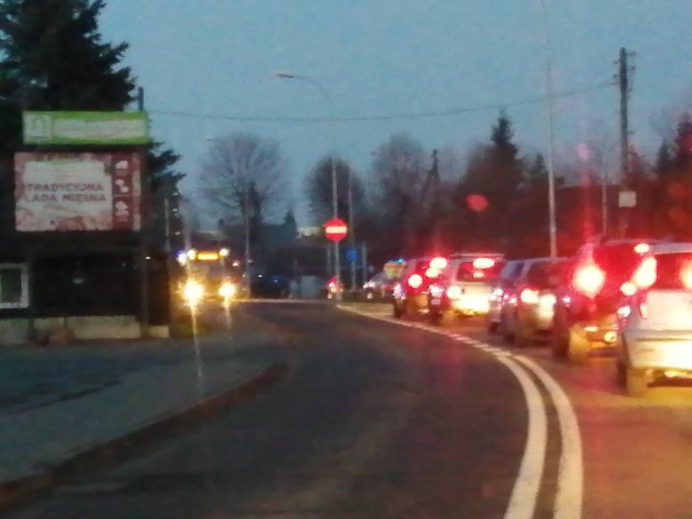 Na al. Armii Krajowej w Rzeszowie przed godz. 7.00 doszło do zderzenia samochodów. Zablokowany jest jeden pas w kierunku ronda Pobitno. Jak informuje