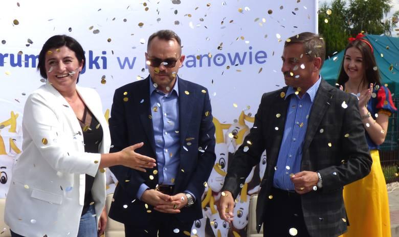 W deszczu... konfetti fetowano podpisaną w tym tygodniu umowę z wykonawcą - w sprawie budowy Akademii Bajki w Pacanowie. Obiekt, o jakim marzą dzieci