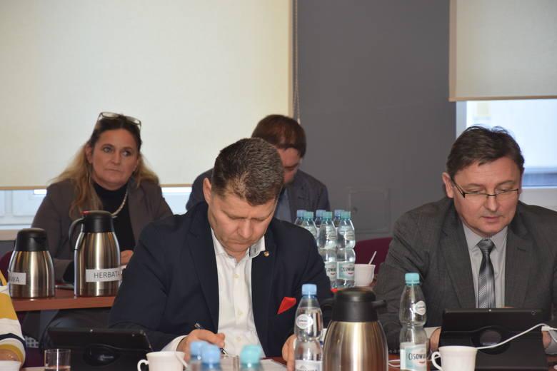 Radni powiatowi domagali się w piątek wyjaśnień, czy dojdzie do zamknięcia kolejnych oddziałów szpitala w Prudniku.