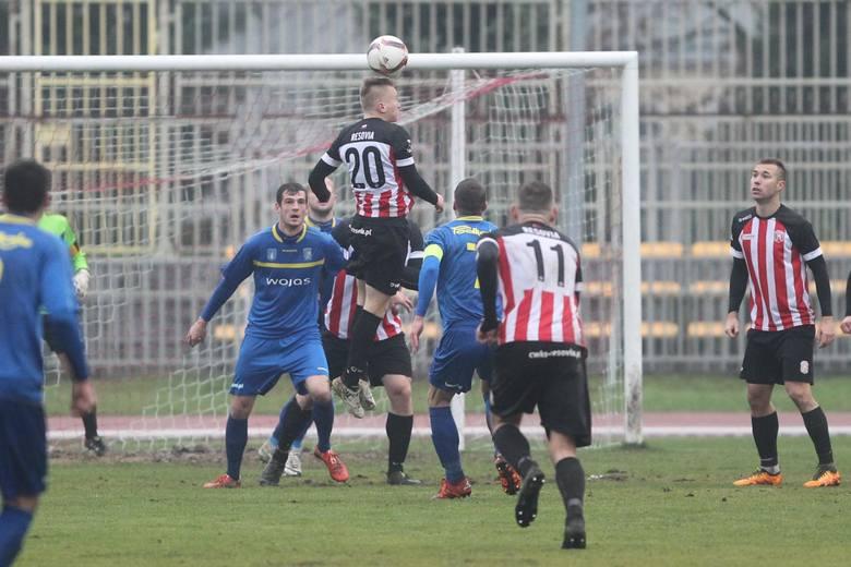 <strong>Na zakończenie rundy jesiennej 3 ligi piłkarze Resovii ulegli na własnym stadionie Podhalu Nowy Targ 0:1. Mimo tej porażki kończą jesień jako nasz najwyżej sklasyfikowany zespół w 3 lidze.<br /> <br /> Resovia - Podhale Nowy Targ 0:1 (0:1)</strong><br /> <br /> <strong>Bramka</strong>: 0:1 Przybylski 10....