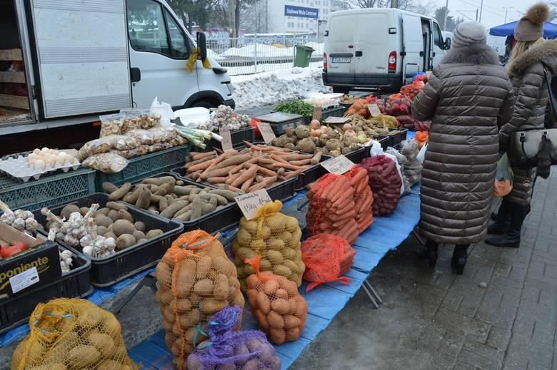 Jakie ceny warzyw i owoców na targu w Stalowej Woli? Ziemniaki orlik po 1,50 złotych za kilogram, ale pięciokilowy worek kosztuje 5 złotych. Seler od