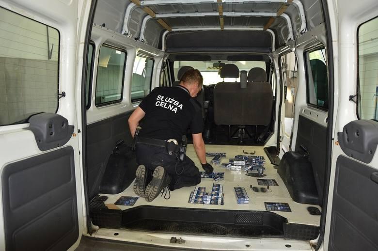 Najpierw funkcjonariusze Służby Celnej z Kuźnicy wytypowali do szczegółowej kontroli forda transita na białoruskich numerach rejestracyjnych. Kierowca