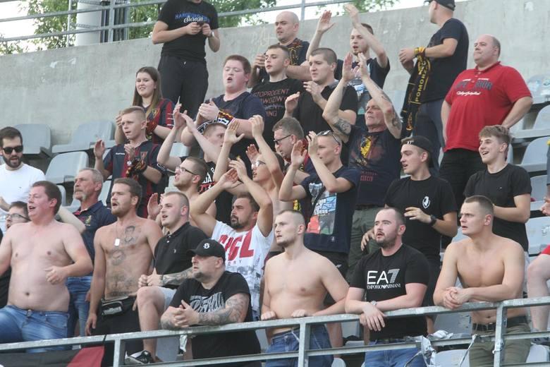Spotkanie Korony z Pogonią oglądało ponad sześć tysięcy kibiców. Do Kielc wybrało się też ok. 200 fanów Pogoni, którzy przez całe spotkanie dopingowali