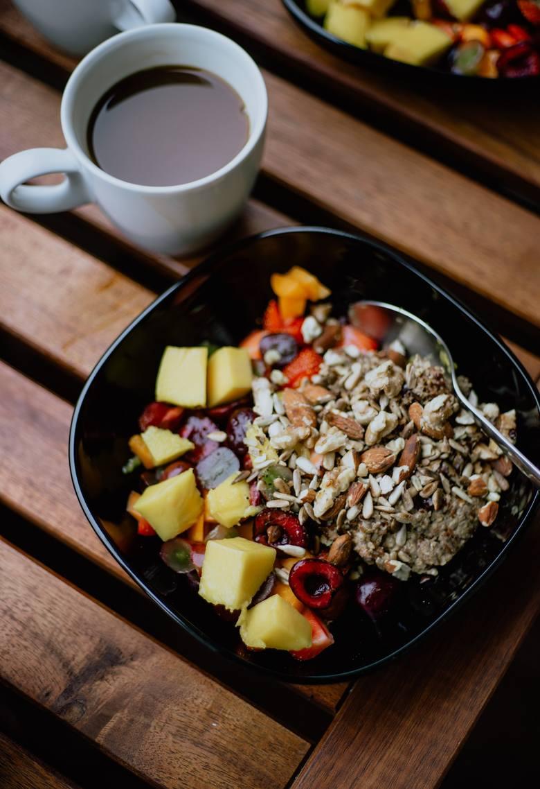 OWSIANKA Z OWOCAMIDo owsianki możesz dodawać wszelkie owoce. Najlepiej połączyć te kwaśne (jagodowe, wiśnie, cytrusy itp.) z bardziej słodkimi, i dołożyć