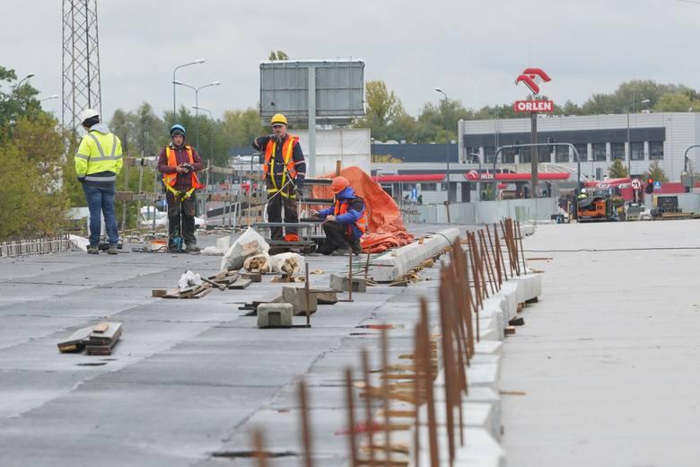 Na północnej nitce mostu Lecha powstaje chodnik i droga rowerowa, o łącznej szerokości blisko czterech metrów