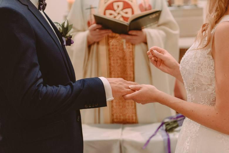 Zobacz, kto nie może wziąć ślubu kościelnego ---->Planujesz tradycyjny ślub w kościele? Oczyma wyobraźni widzisz siebie w białej sukni w pięknie