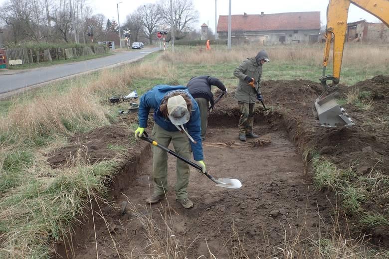 Przez dwa dni członkowie stowarzyszenia Pomost poszukiwali szczątków żołnierzy niemieckich w Bieniowie (pow. żarski). W ziemi znaleziono szczątki siedmiu
