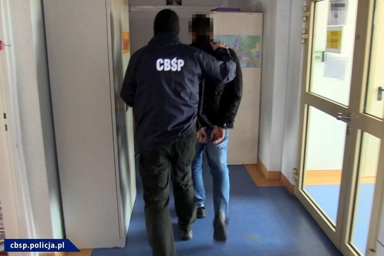Do sprawy o oszustwo skarbowe na ogromną skalę zatrzymano na razie  dwóch mężczyzn.