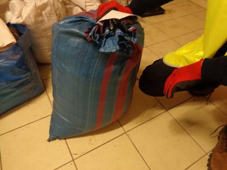oprac. (korn), źródło: KPP w ŻaganiuŻagańscy policjanci zatrzymali mężczyznę, który w samochodzie osobowym nielegalnie przewoził 20 kg tytoniu bez polskich