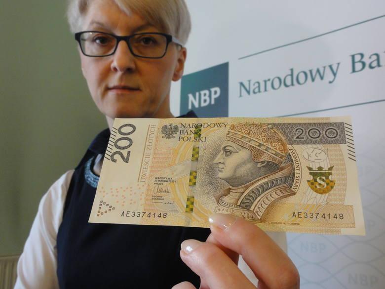 - Nowy banknot jest jaśniejszy i znacznie lepiej zabezpieczony - tłumaczy Agnieszka Czuchra z rzeszowskiego oddziału NBP.