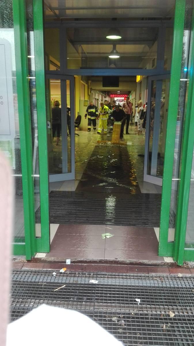 Wczoraj i dziś (13.07) przez Toruń przeszła ulewa. Deszcz był na tyle obfity, że pod wodą znalazły się wnętrza Centrum Bumar u zbiegu Lelewela i Grudziądzkiej. Zobaczcie też co działo się na ulicy Fałata, przy Wałach gen. Sikorskiego, Świętopełka... ! <br /> <br /> [b]CZYTAJ TEŻ:<br />...