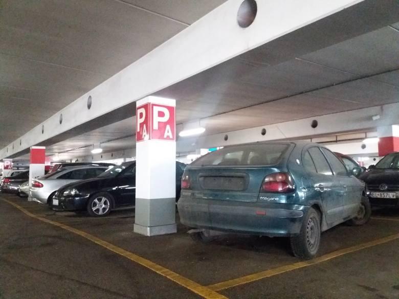 Renault megane, które od 20 miesięcy stało na płatnym parkingu Galerii Łódzkiej, zniknęło! Nie zabrał go właściciel (wówczas musiałby zapłacić za wyjazd...