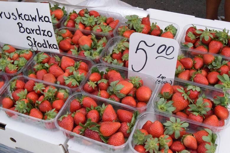 W piątek, 21 maja na kieleckich bazarach pojawiły się prawdziwe tłumy kupujących. Mocno w dół idą ceny truskawek - za opakowanie ważące pół kilograma