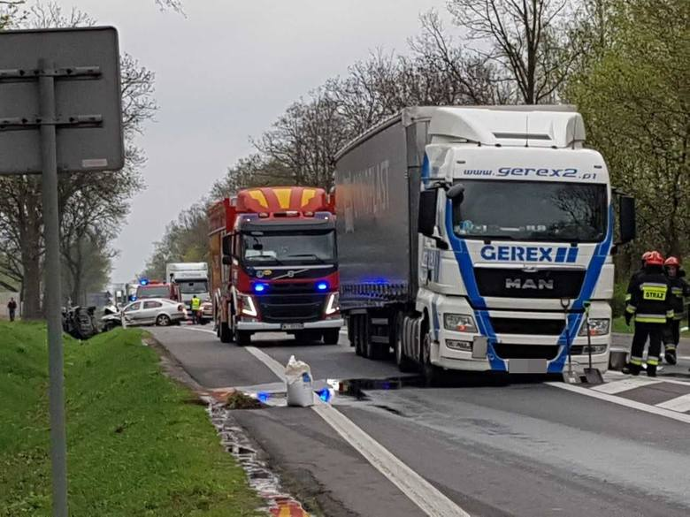 """Wypadek na """"siódemce"""" w Radomiu. Zderzyły się dwie osobówki i ciężarówka. Trzy osoby w szpitalu."""