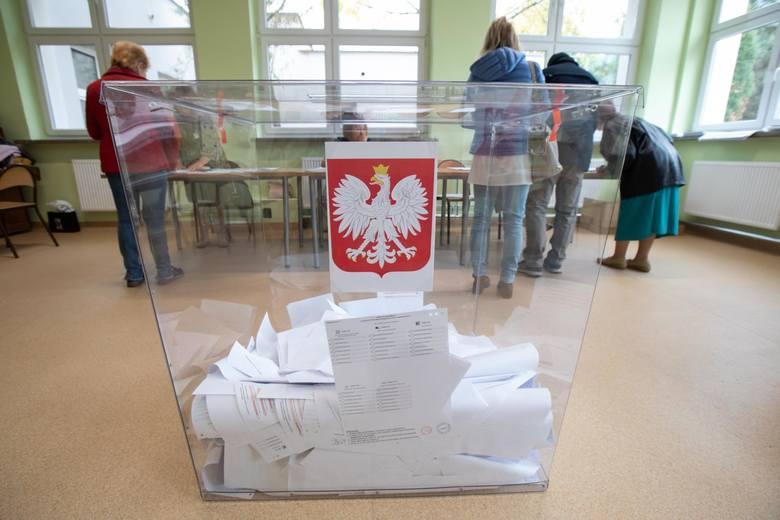 Wybory samorządowe 2018 WYNIKI NA ŻYWO Kto wygrał? Wieczór wyborczy 21.10 Wyniki wyborów w miastach i do sejmików wojewódzkich ZDJĘCIA
