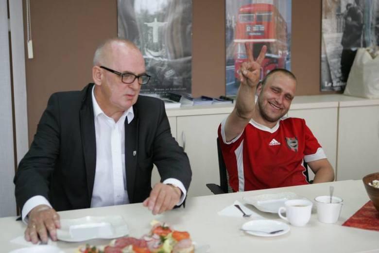 Pierwszy woodstockowicz na śniadaniu u burmistrza Andrzeja Kunta.
