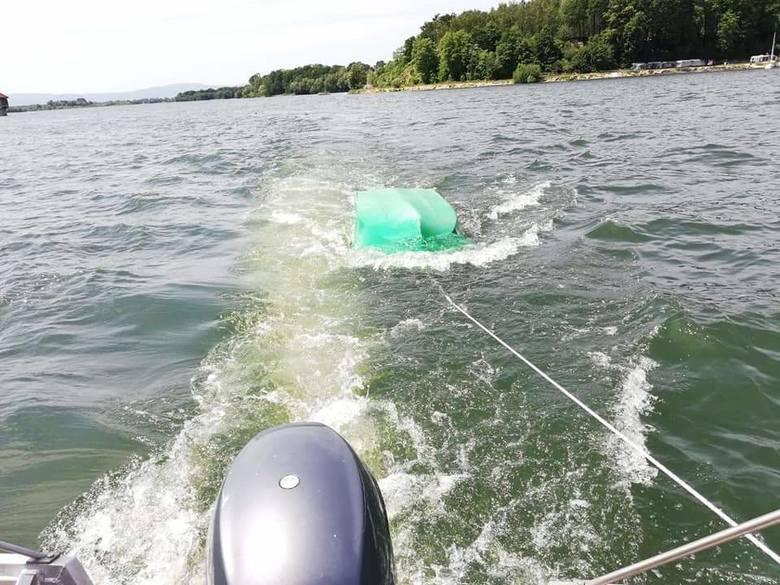 Mężczyźni, którzy znaleźli się w wodzie, zostali wciągnięci do łodzi ratunkowej, a ich przewrócona do góry dnem łódka, wzięta na hol.