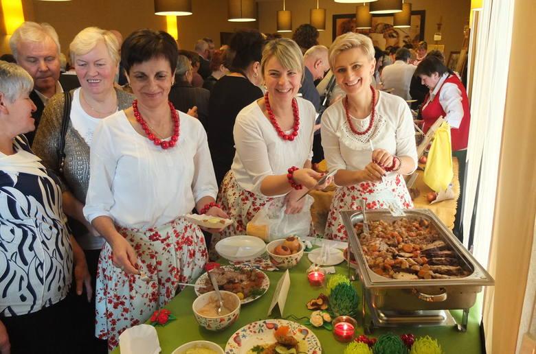 Urszula Troczyńska, Karina Morawiec i Aleksandra Smoleń z KGW w Kazimierzu częstowały w Prószkowie cynaderkami z fasoli i karczkiem z imbirem i sosem