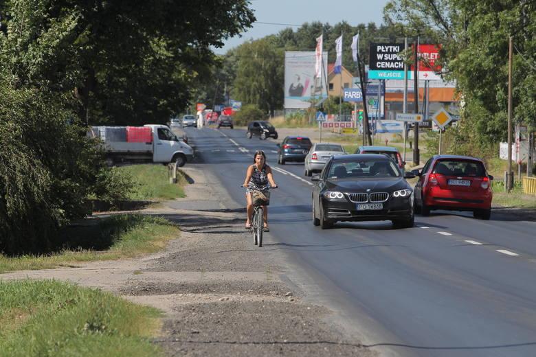 Wzdłuż Obornickiej nie ma chodnika, a odrobina zieleni i ścieżki pojawiają się dopiero daleko za rondem Obornickim - bliżej piesi mają niewielkie szanse na przejście między samochodami