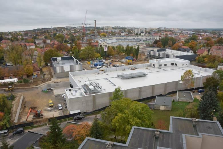 Kompleks handlowy na terenie po byłej Estradzie w Zielonej Górze oraz nowe rondo na skrzyżowaniu ulic Wrocławskiej i Sienkiewicza nabierają kształtów.